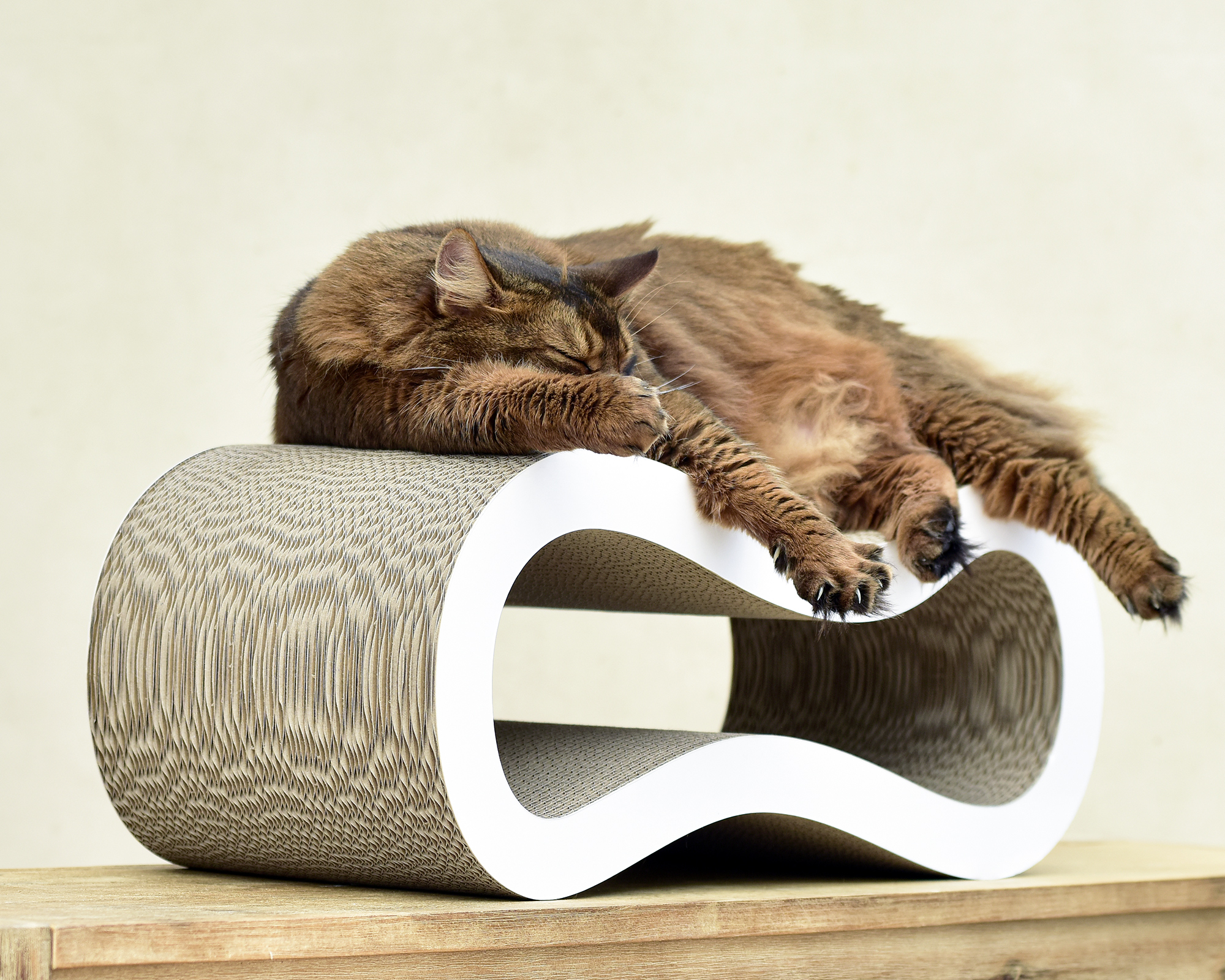 Kratzmöbel Singha Medium - ergonomisches Kratzmöbel für Katzen aus Well- und Kratzpappe